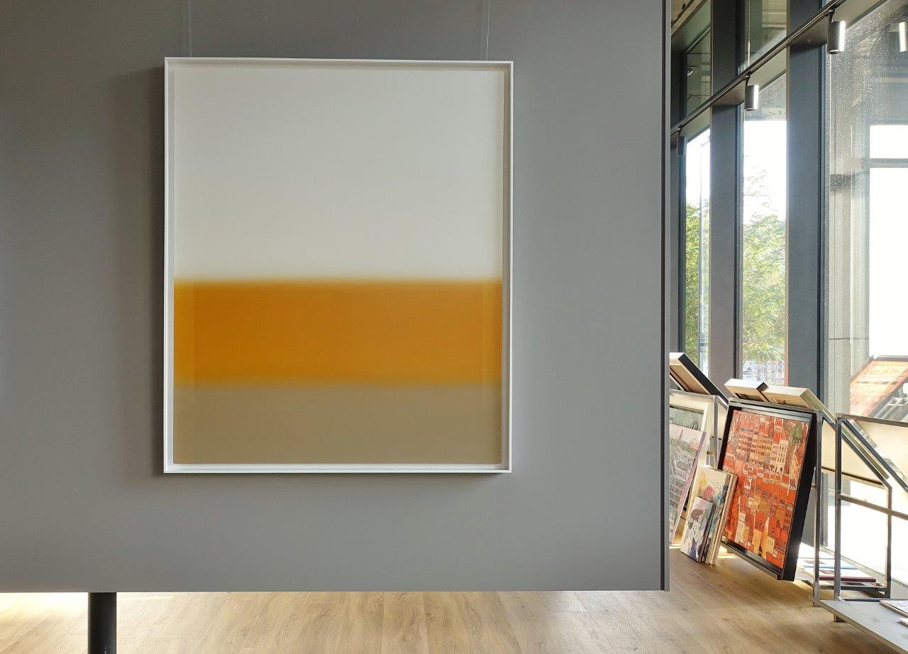 Anna Podlewska : Pearl white over the common beige